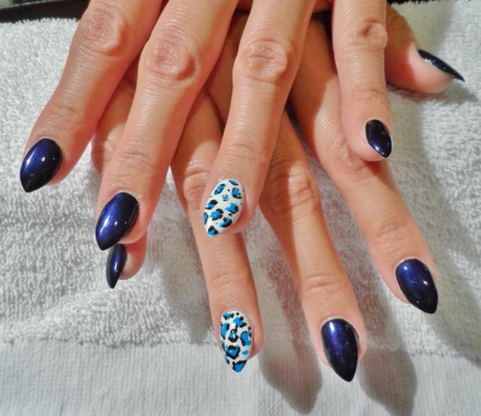 unghie-mandorla-corte-finto-stiletto-colore-vivace-blu-accent-nail-bae-bianca-macchie-blu