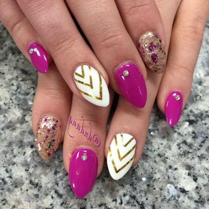 unghie-mandorla-corto-diversi-colori-viola-bianco-decorazione-triangolo-nail-accent-glitter-piccoli-brillantini