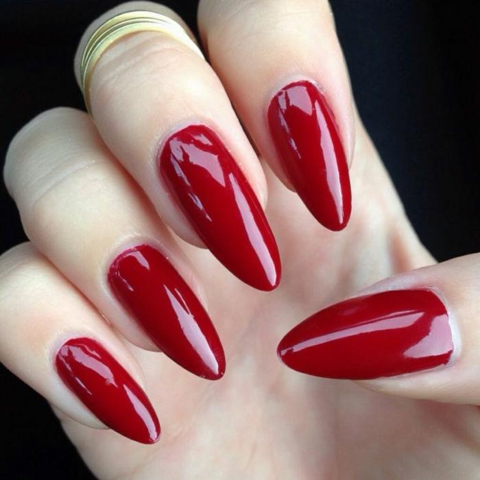 unghie-mandorla-effetto-luminoso-rosso-scuro-unghia-lunga-top-coat-manicure