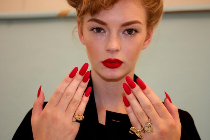 unghie-mandorla-lunghe-colore-rosso-opaco-colore-matt-donna-abbinamento-rossetto-anelli-decorazione
