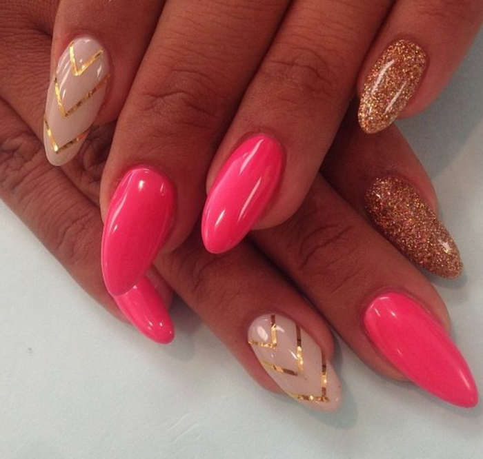 unghie-mandorla-media-lunghezza-colore-rosa-beige-triangoli-color-oro-mignolo-smalto-glitterato-oro