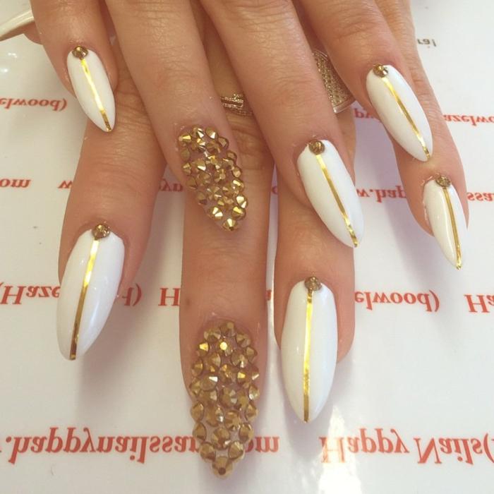 unghie-mandorla-smalto-base-bianca-accent-nail-brillantini-colore-oro-strisce-puntini-oro