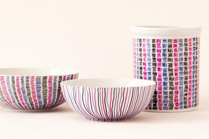 Decorare gli oggetti di uso comune in cucina, dipingere con vari colori i piatti e i vari utensili