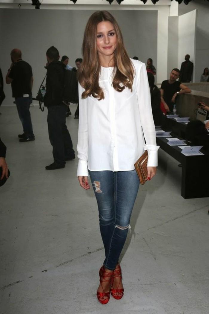 vestirsi-alla-moda-come-olivia-palermo-stile-casual-donna-jeans-effetto-consumato-camicia-lunga-bianca-sandali-tacco-borsetta-clutch