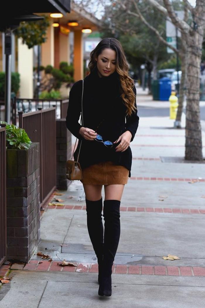 vestirsi-alla-moda-donna-mini-gonna-marrone-maglione-nero-stivali-alti-neri-borsa-tracolla