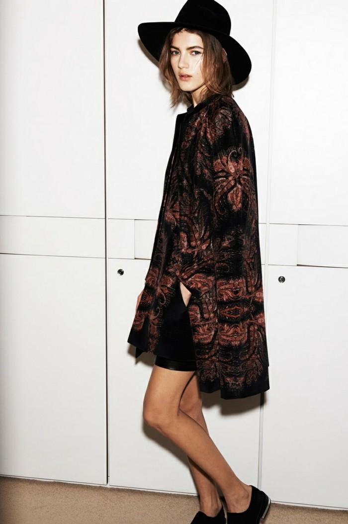 vestirsi-alla-moda-hippie-style-ragazza-mantella-lunga-colorata-scarpe-basse-cappello-nero