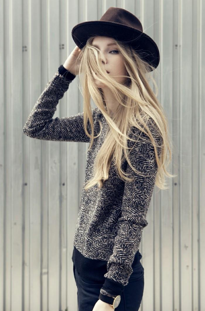 vestirsi-alla-moda-ragazza-capelli-biondi-lunghi-maglione-bicolore-jeans-neri-cappello