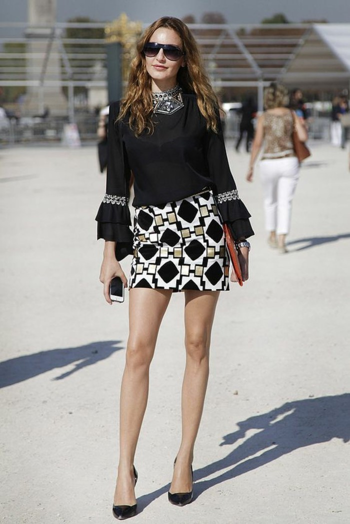 vestirsi-bene-donna-abiti-eleganti-gonna-bianco-nera-camicia-nera-brillantini-maniche-vollant-scarpe-tacco-spillo