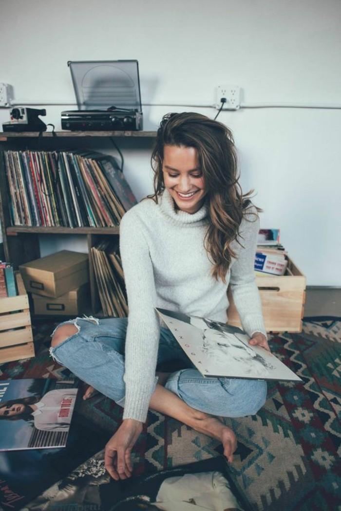 vestirsi-bene-idea-jeans-strappati-colore-chiaro-maglione-alto-colore-grigio-abbigliamento-comodo-donna