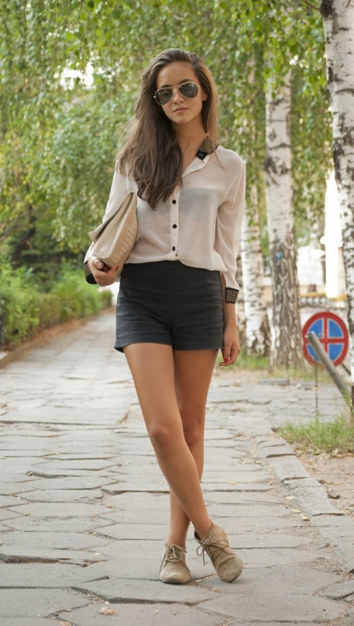 vestirsi-bene-ragazza-pantaloncino-corto-grigio-camicia-bianca-manica-lunga-abbinamento-scarpe-beige-tipo-clarks