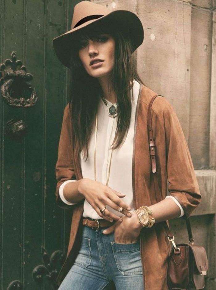 vestirsi-bene-ragazza-vestiti-bohème-trench-marrone-abbianto-cappello-cintura-jeans-camicia-bianca-borsa-tracolla