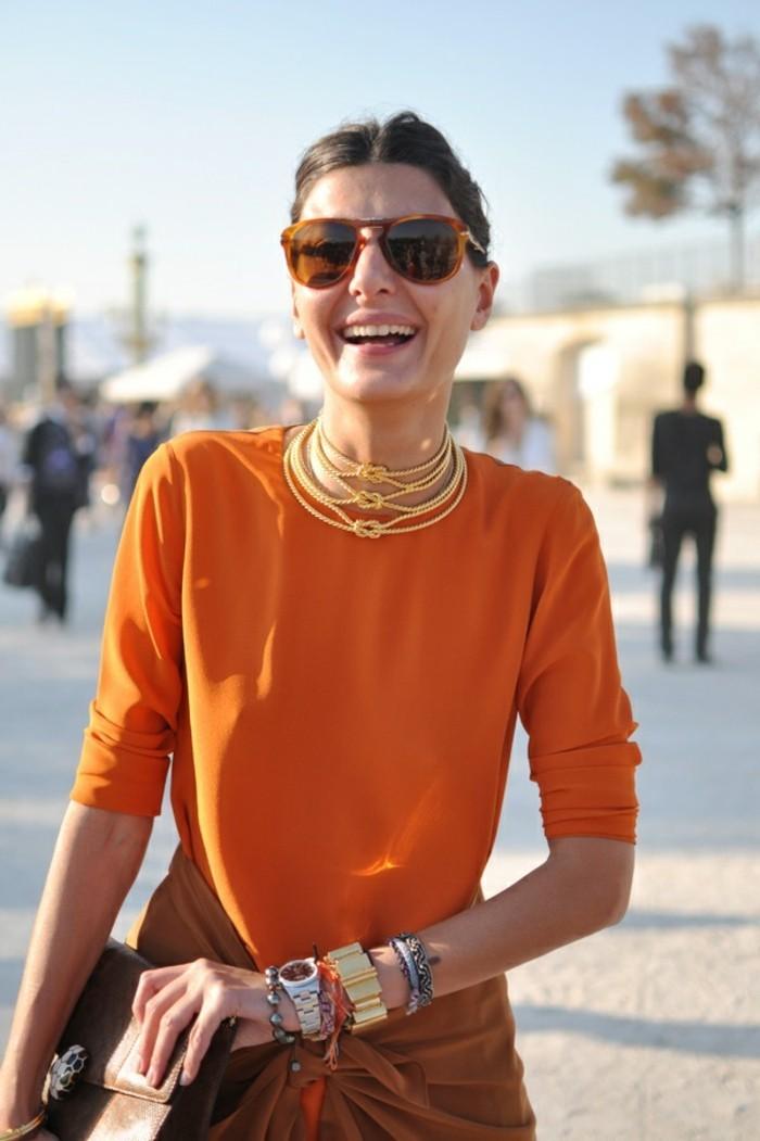 vestirsi-bene-spendendo-poco-abito-colore-arancione-collana-oro-bracciali-accessori-borsa-marrone-pelle