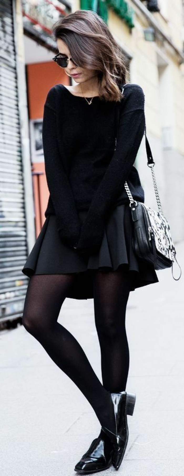 vestirsi-bene-spendendo-poco-donna-mini-gonna-nera-collant-mocassini-maglione-abiti-dark