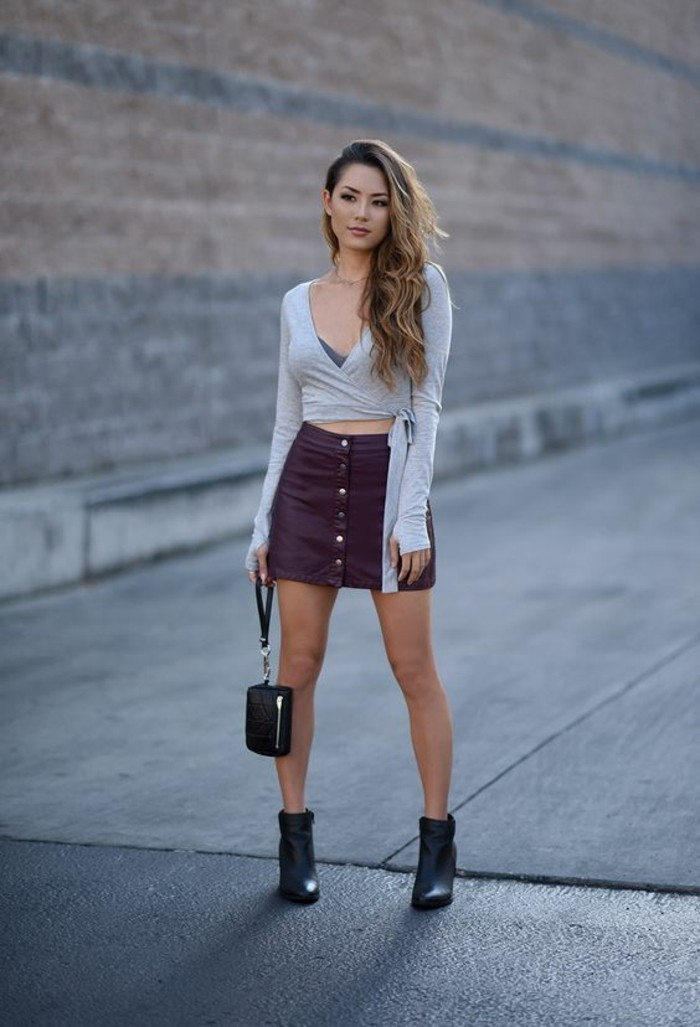 vestirsi-bene-spendendo-poco-mini-gonna-bottoni-stivaletti-neri-maglietta-grigia-scollatura-borsetta-mano