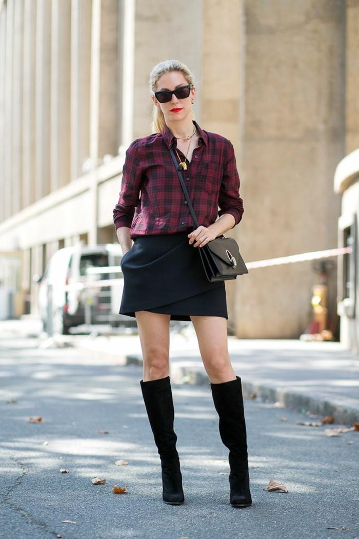 vestirsi-bene-spendendo-poco-ragazza-gonna-elegante-nera-stivali-neri-pelle-camicia-borsa-tracolla-occhiali-da-sole