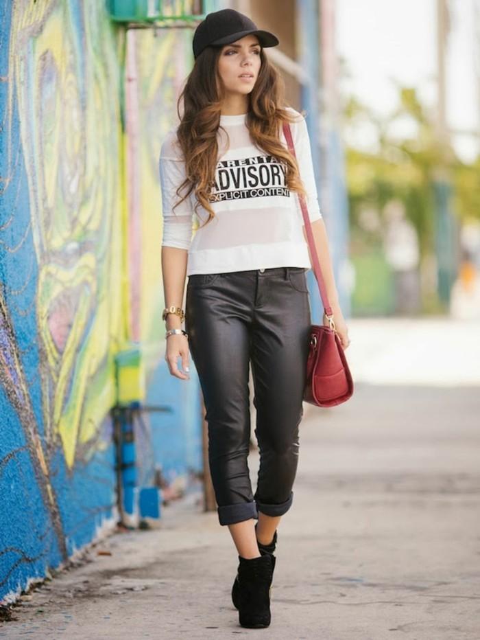 vestirsi-bene-spendendo-poco-ragazza-pantalone-pelle-maglia-street-style-bianca-scritta-stivaletti-borsa-tracolla-rossa-cappello