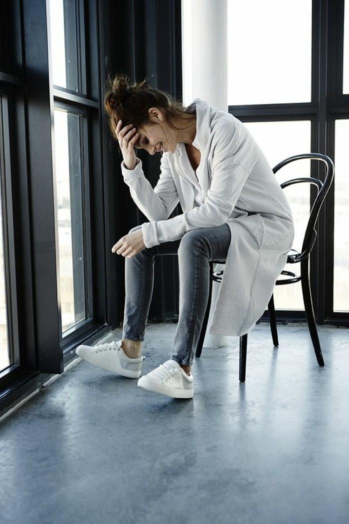 vestirsi-bene-stile-ragazza-jeans-cardigan-lungo-colore-grigio-chiaro-scarpe-da-tennis-bianche-capelli-legati-chignon