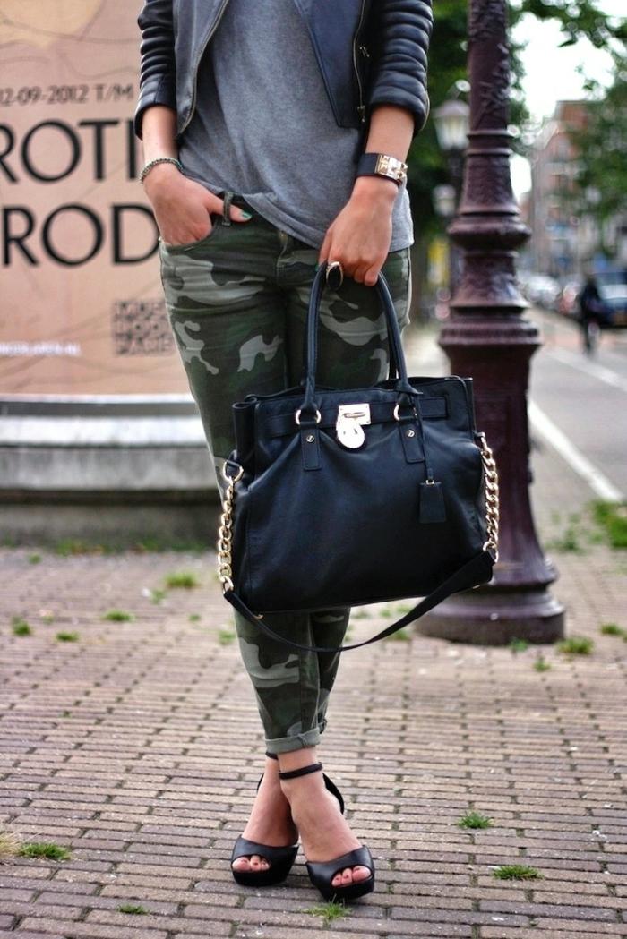 vestirsi-casual-donna-pantolone-motivi-militari-tacchi-sandalo-borsa-nera-pelle-catene-orologio-da-polso-maglia-grigia