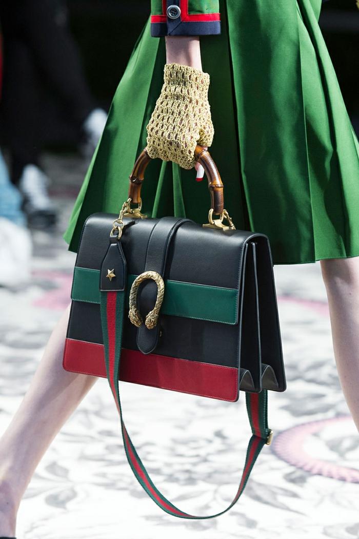 vestirsi-casual-donna-vestito-verde-borsa-tracolla-marca-gucci-guanti-rete
