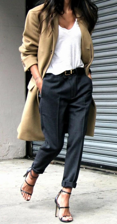 vestiti-casual-chic-pantalone-baggy-t-shirt-bianca-scollatura-V-cappotto-tacchi-alti-sandalo