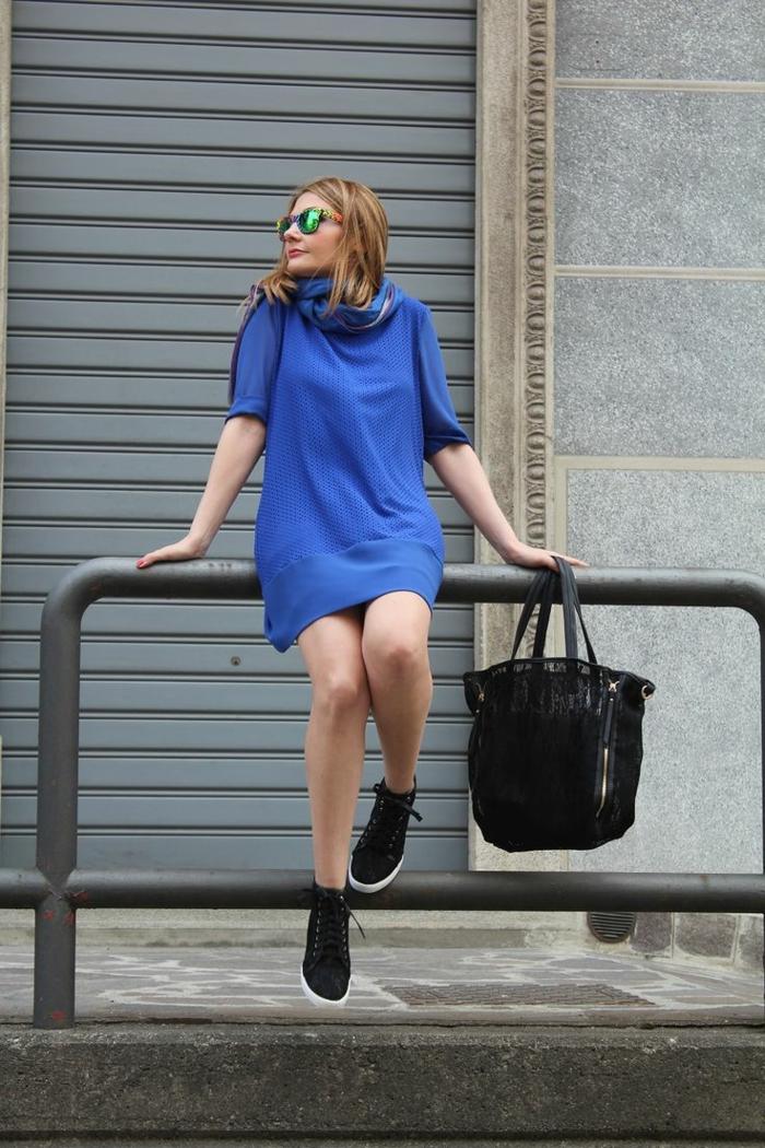 vestito-donna-blu-mezza-manica-abbinare-scarpe-da-ginnastica-borsa-grande-sciarpa