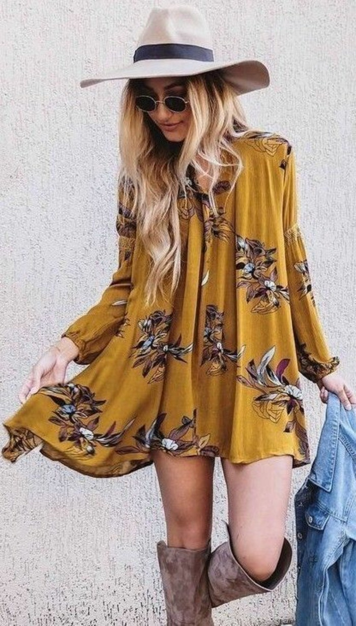 vestito-giallo-fiori-stile-hippie-cappello-bianco-stivali-alti-giacca-jeans-stile-di-abbigliamento