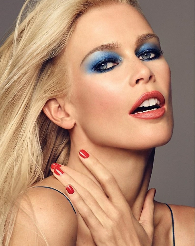 make up sfoggiato dalla ex top model Claudia Schiffer con ombretto azzurro che esalta gli occhi chiari