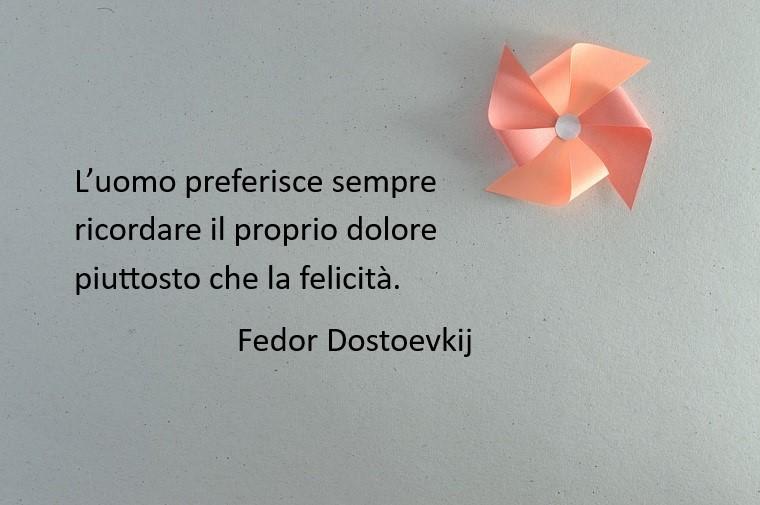 Immagine con sfondo grigio e una girandola colore rosa, citazione famosa di Fedor Dostoevskij