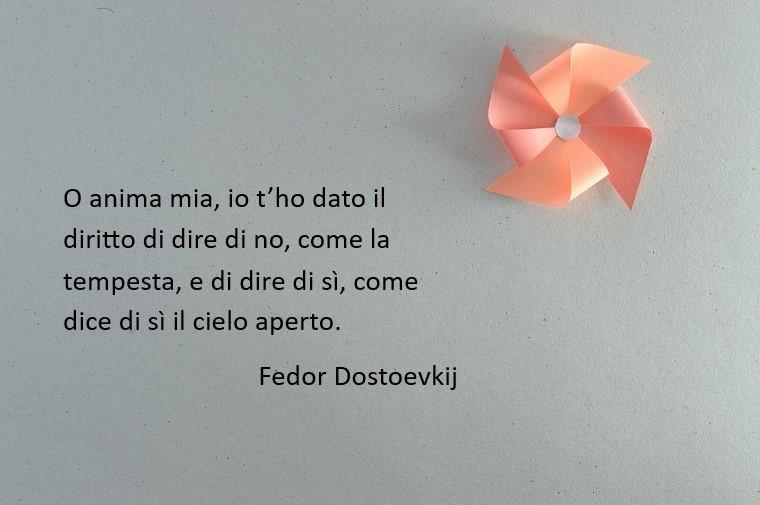 Immagine con citazione di Fedor Dostoevskij, sfondo grigio e una girandola di carta rosa
