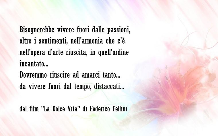 Citazione di Federico Fellini tratta dal film La dolce vita, sfondo immagine bianco con un fiore rosa