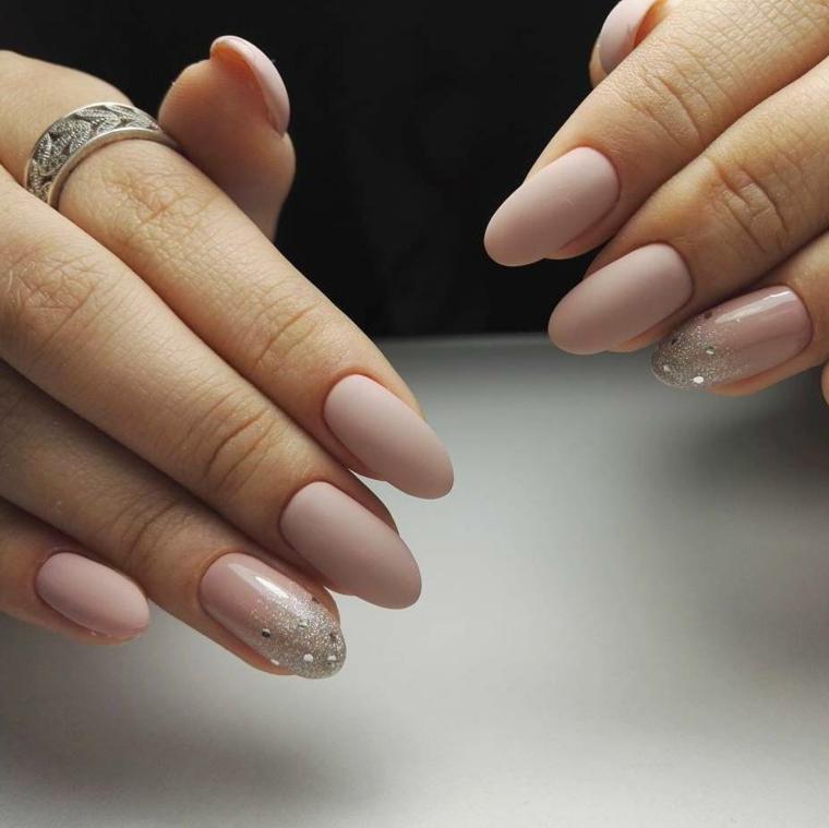 Colore tortora per le unghie delle mani, accent nail con brillantini e sfumato sul dito anulare