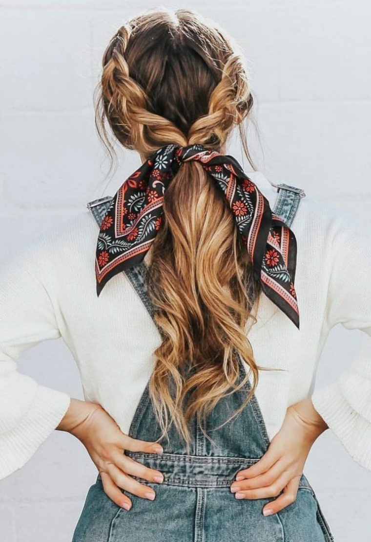 acconciatura capelli biondi due trecce laterali taglio scalato lungo