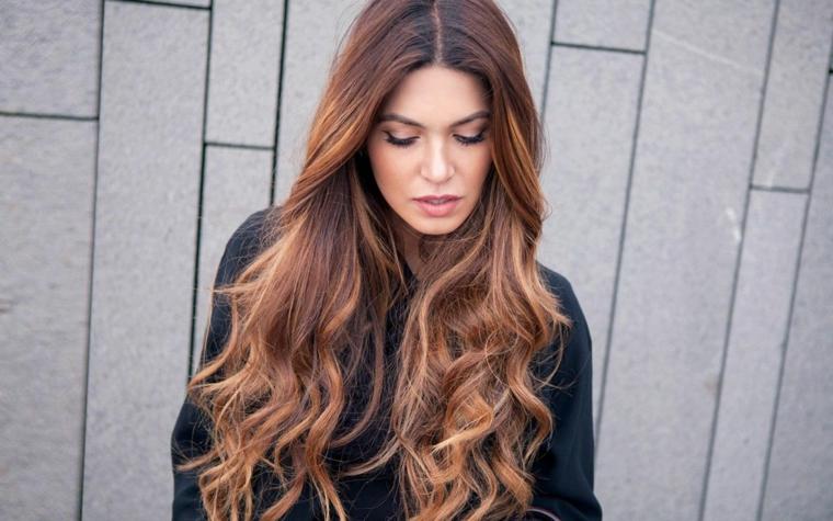 acconciatura capelli lunghi di colore castano taglio scalato davanti