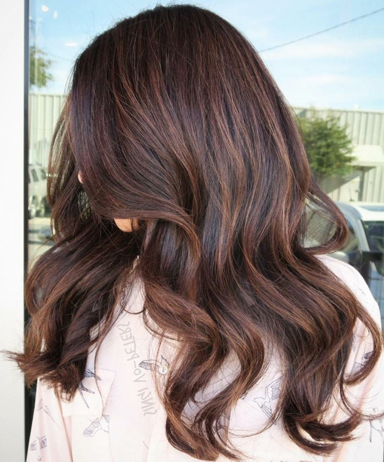 Tagli dritto per una ragazza con i capelli di colore castano e acconciatura  mossa 4ef7b2219f06