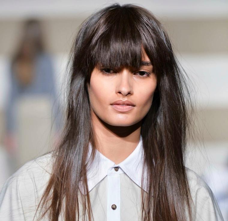 acconciatura donna con capelli lisci taglio con frangia pari