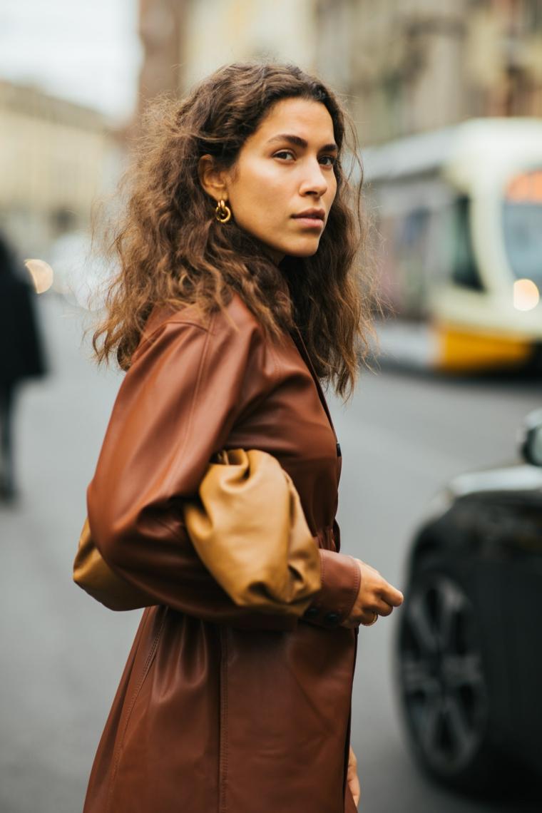 acconciatura ricci naturali tagli capelli donna 2021 ragazza con cappotto di pelle marrone