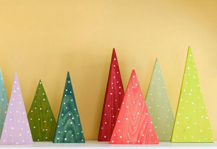 Alberi di Natale originali, alberelli piccoli dalla forma a triangolo di diverso colore decorati con puntini bianchi