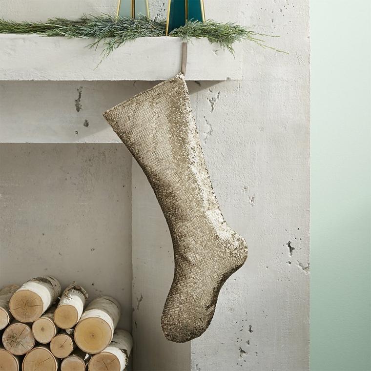 Come addobbare la casa per Natale, calza dal design moderno con paillets color argento