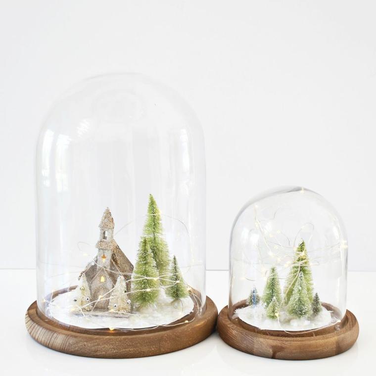 Decorazioni di Natale, piccole campane di vetro con alberi natalizi finti e neve finta