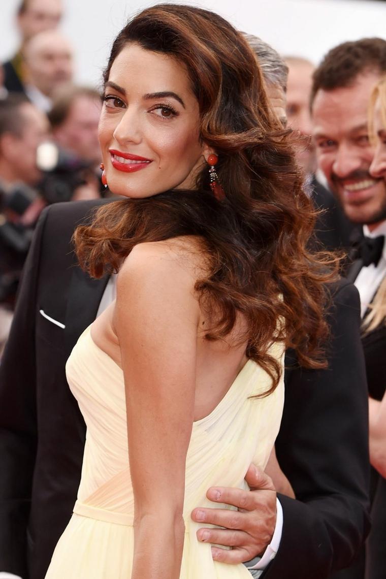 L'acconciatura elegante di Amal Clooney di colore castano con riflessi rossicci e messa in piega mossa