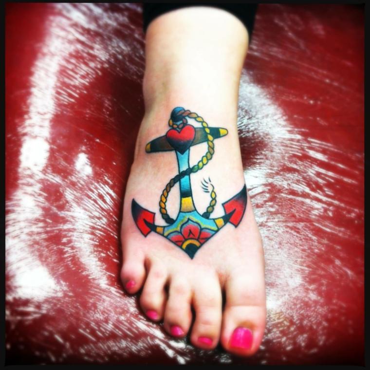 tattoo ancora, una proposta per il collo del piede dai tratti e dai colori old school