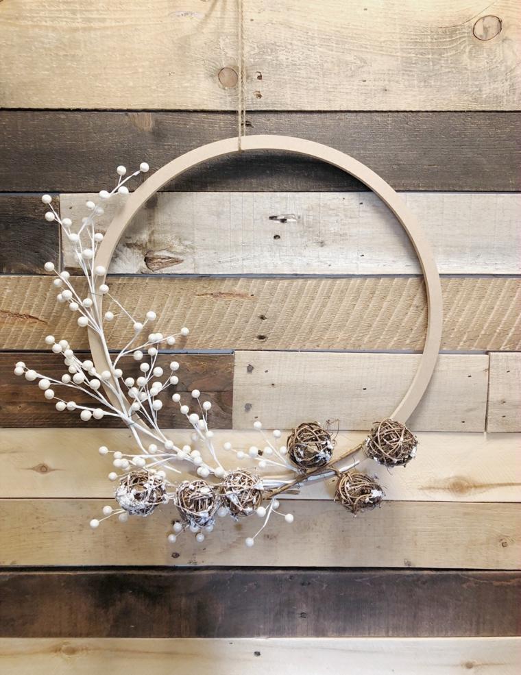 anello di legno con palline e rametti corone natalizie fai da te