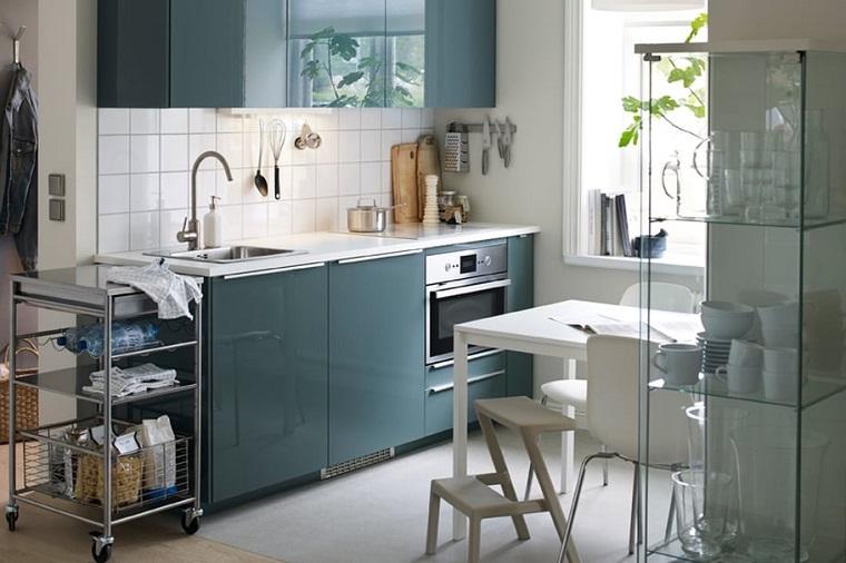 Cucine moderne piccole, idea con un arredamento salvaspazio di colore verde oliva e superfici lucide