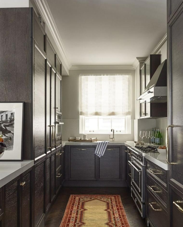 Forma della cucina a U con mobili in legno di colore grigio scuro, una grande finestra che illumina lo spazio
