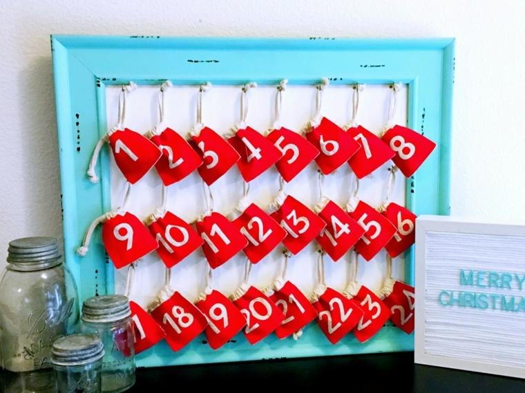 Decorazioni natalizie, calendario dell'Avvento in una cornice di colore azzurro con bustine rosse