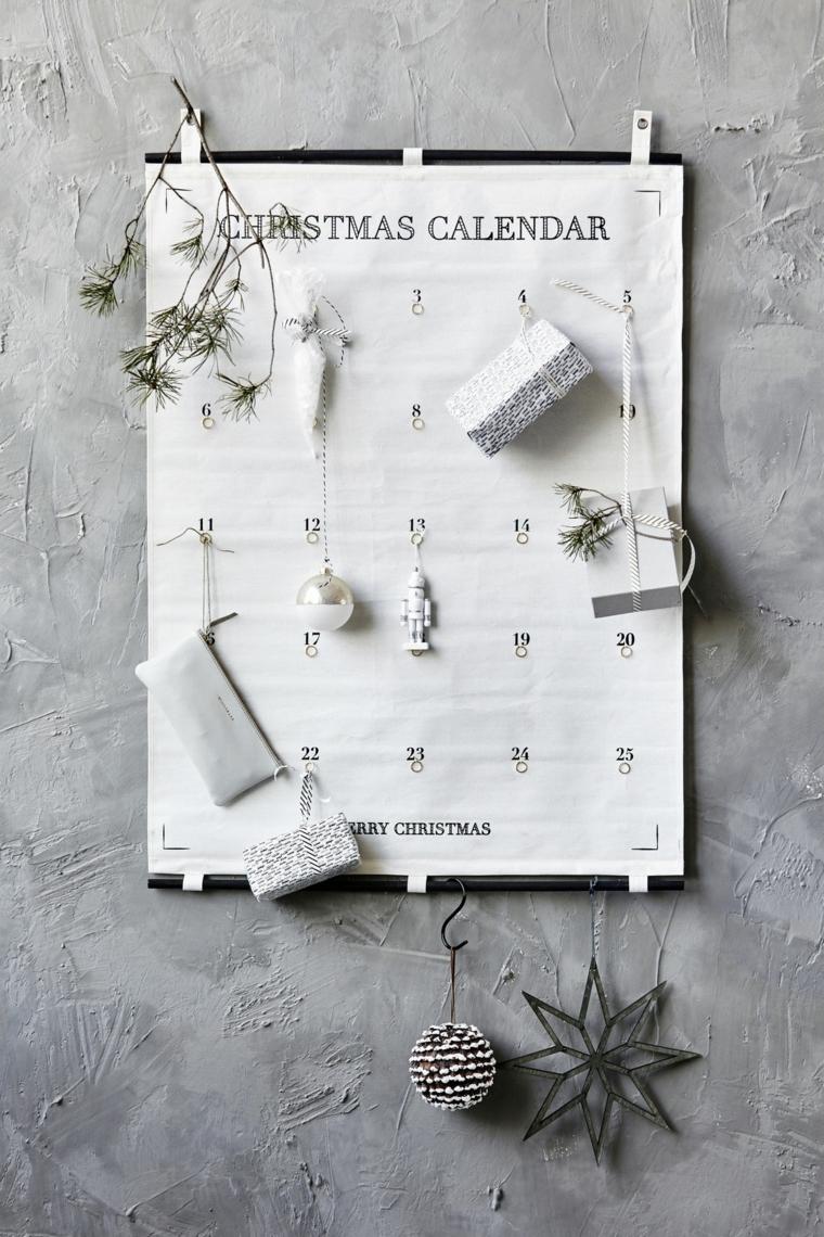 Decorazioni di Natale e un calendario dell'Avvento in stile moderno con piccoli ornamenti natalizi
