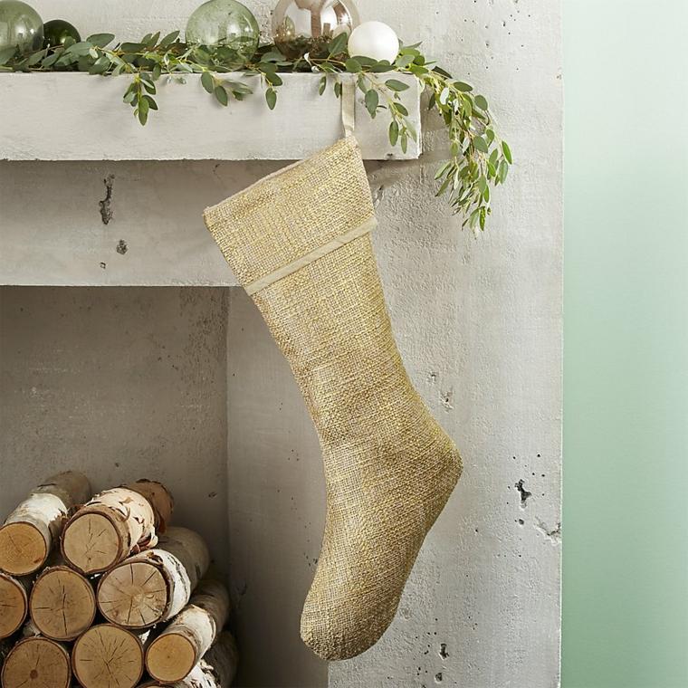 Addobbi natalizi fai da te, calza in cotone e di colore beige da appendere sul camino dal design rustico
