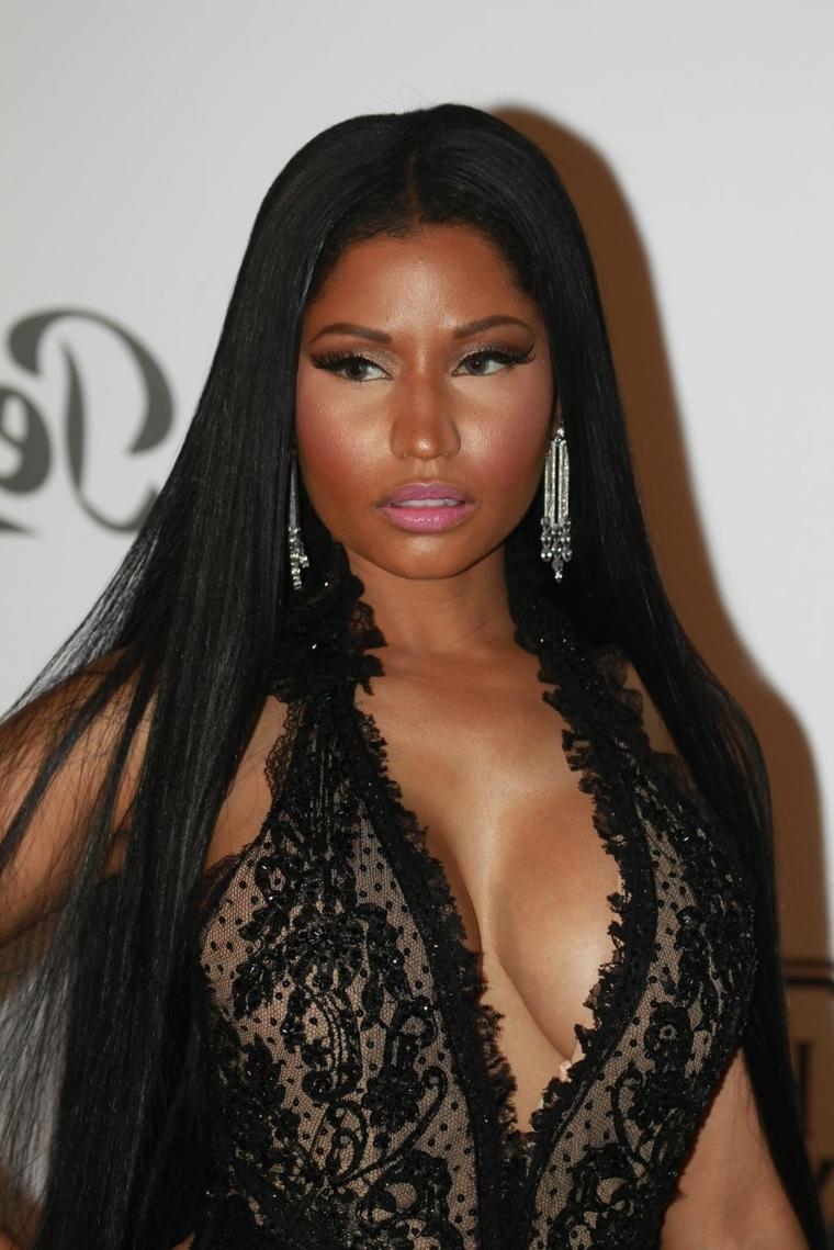 Taglio capelli lunghi e lisci di colore nero della cantante Nicky Minaj con riga centrale