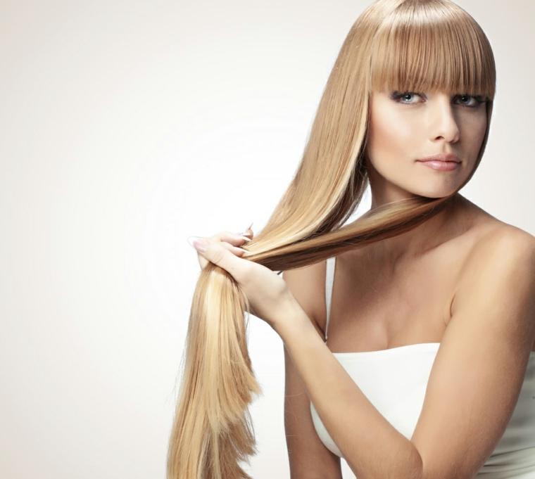 Taglio capelli con frangia di colore biondo, lunghezze pari con riflessi di lucentezza