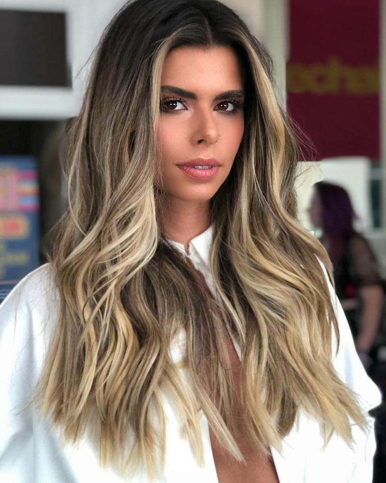 capelli lunghi scalati davanti acconciatura di colore biondo balayage